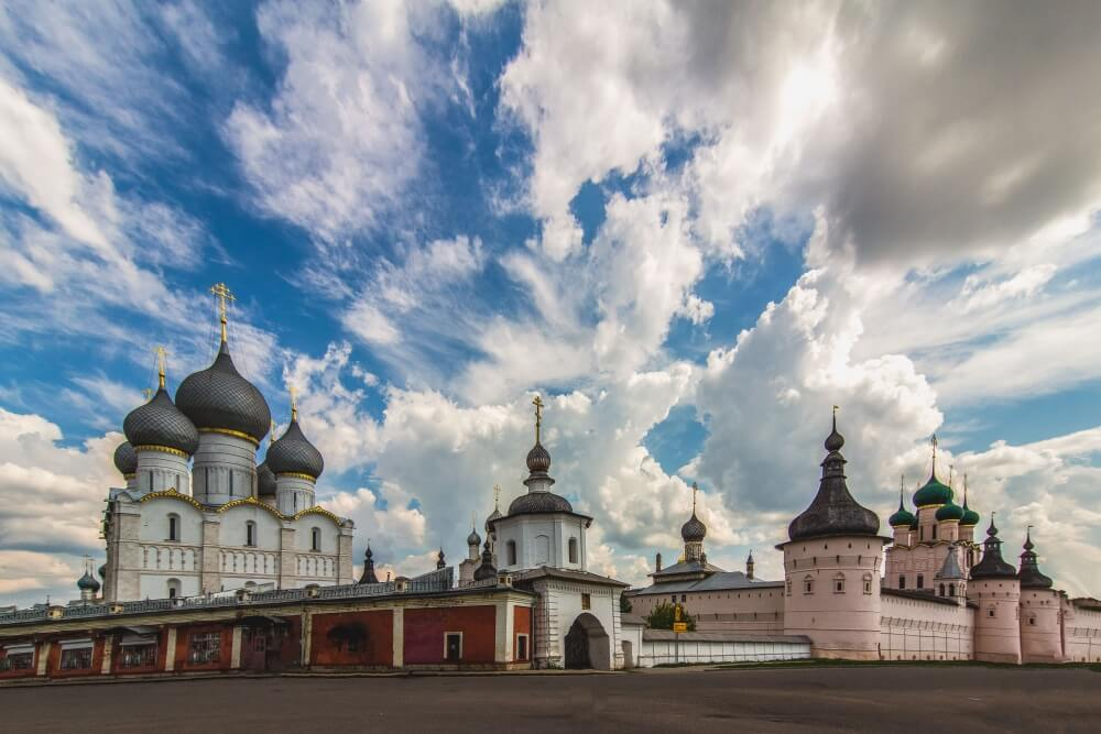 Вид на православный монастырь на фоне неба