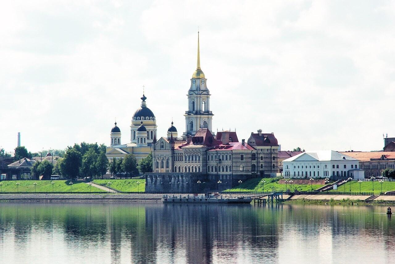 Вид на собор и хлебную биржу Рыбинска с Волги