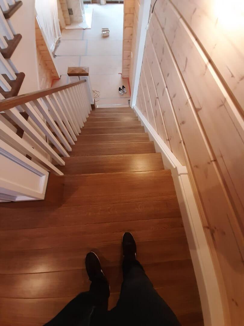 Межэтажная лестница в загородном доме