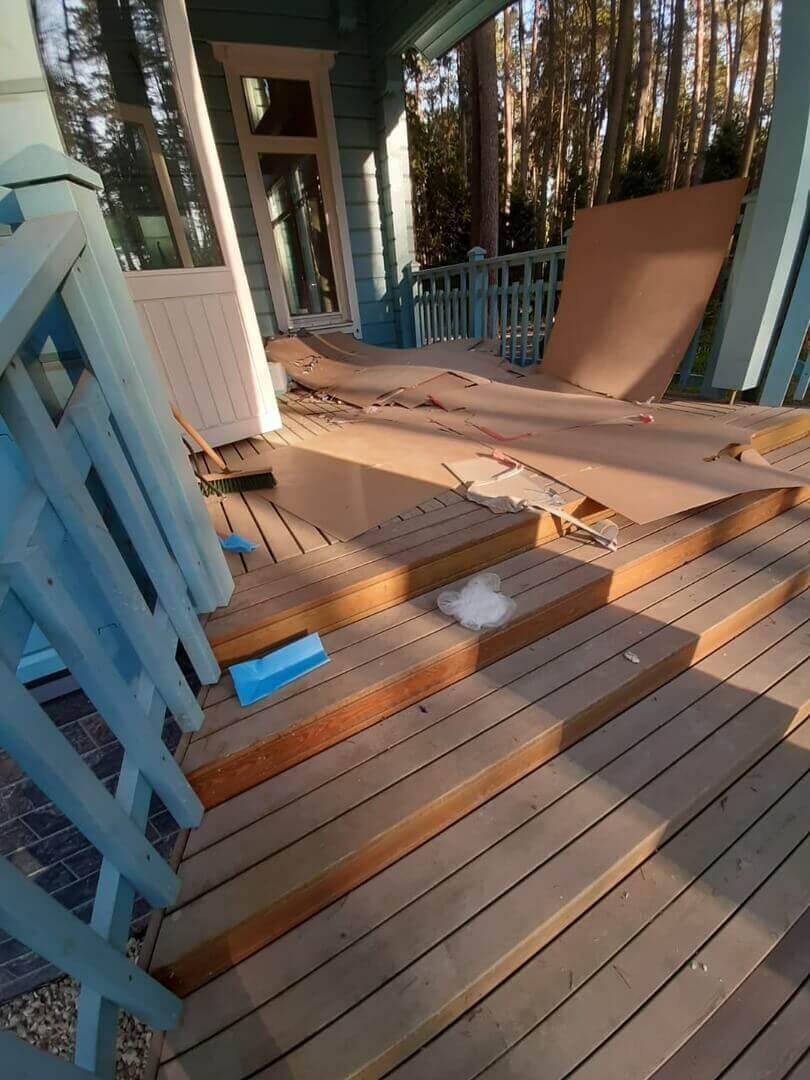 Захламленные лестница и крыльцо деревянного дома