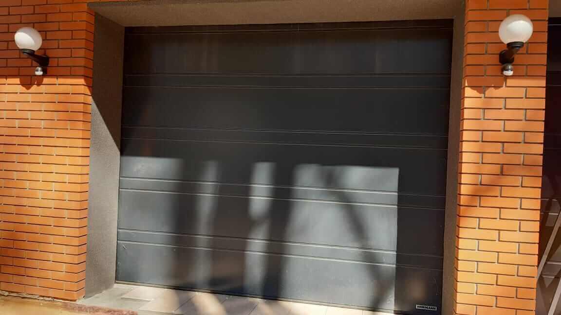 Металлические ворота в кирпичной стене