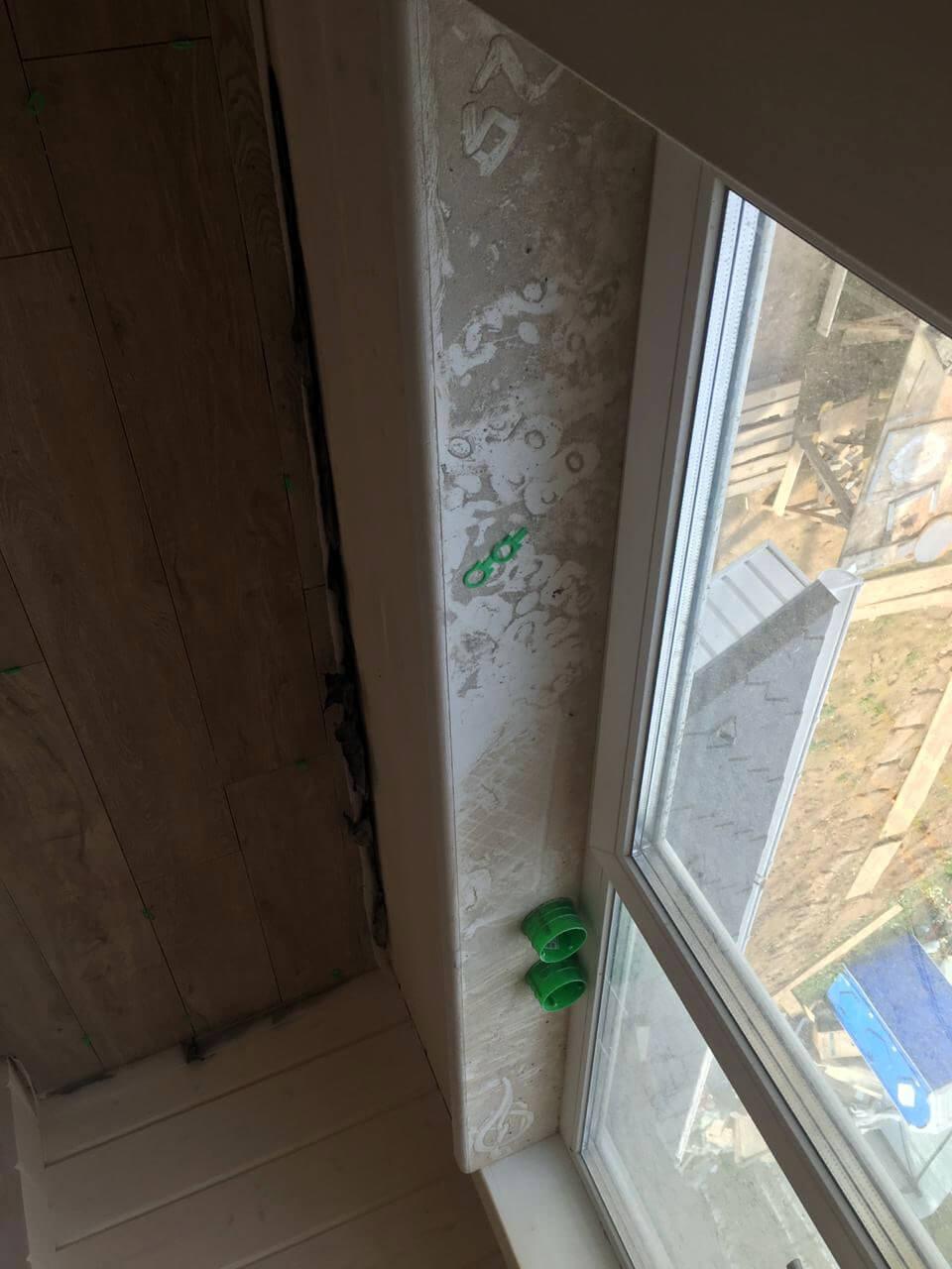 Часть окна и стены помещения с грязным стеклом