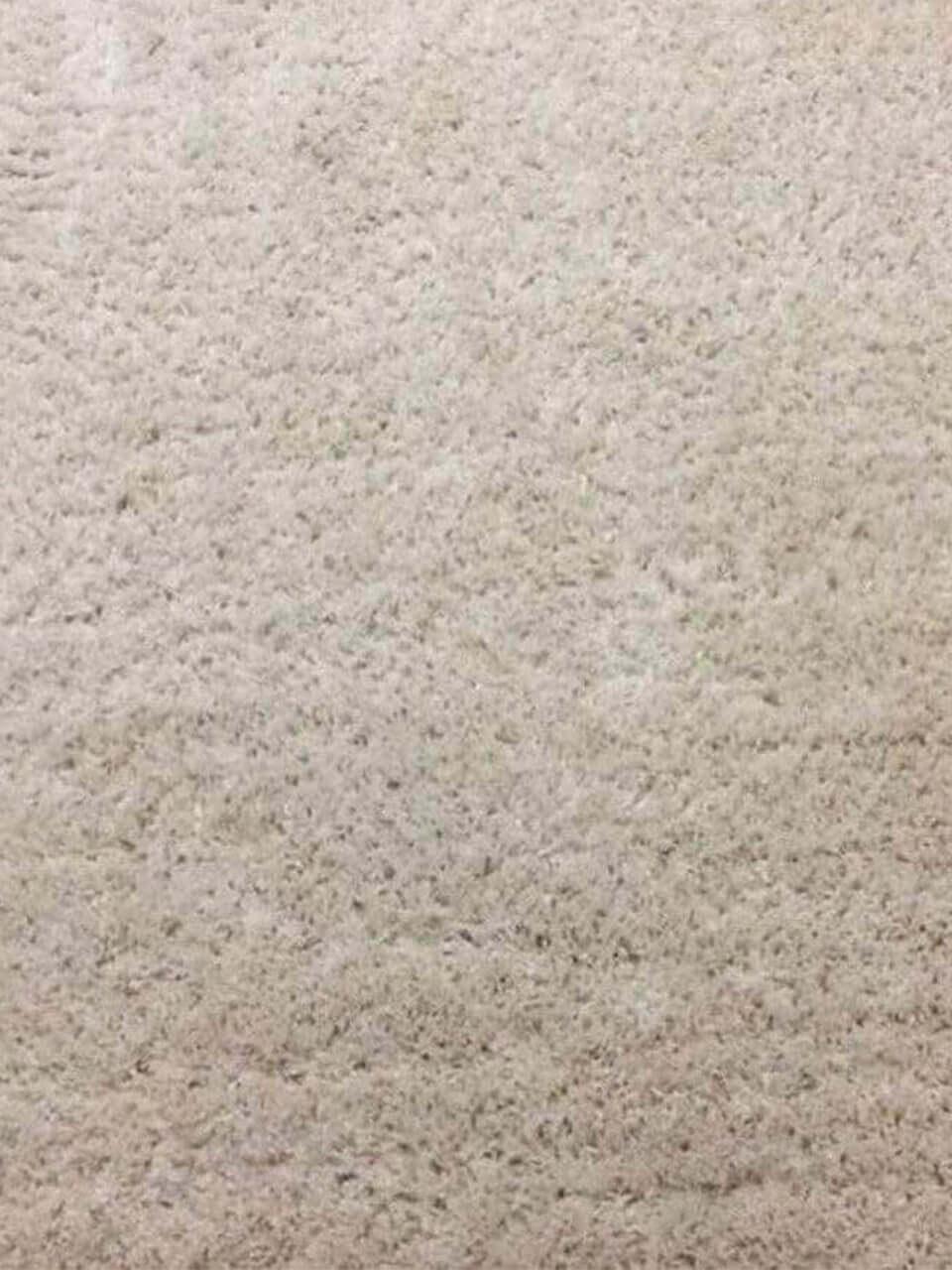 Фрагмент очищенного бежевого коврового покрытия