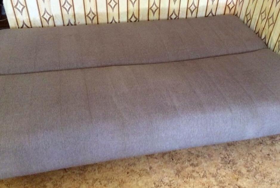 Чистый сиреневый диван