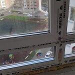 Загрязнения и наклейки рамы пластикового окна