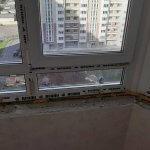 Вид на многоэтажку через пластиковое окно