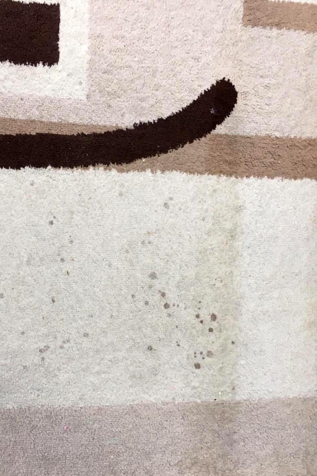 Загрязнение на светлом ковре