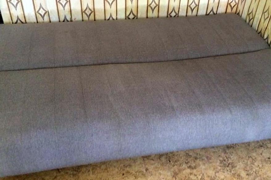 Сиреневый диван после чистки