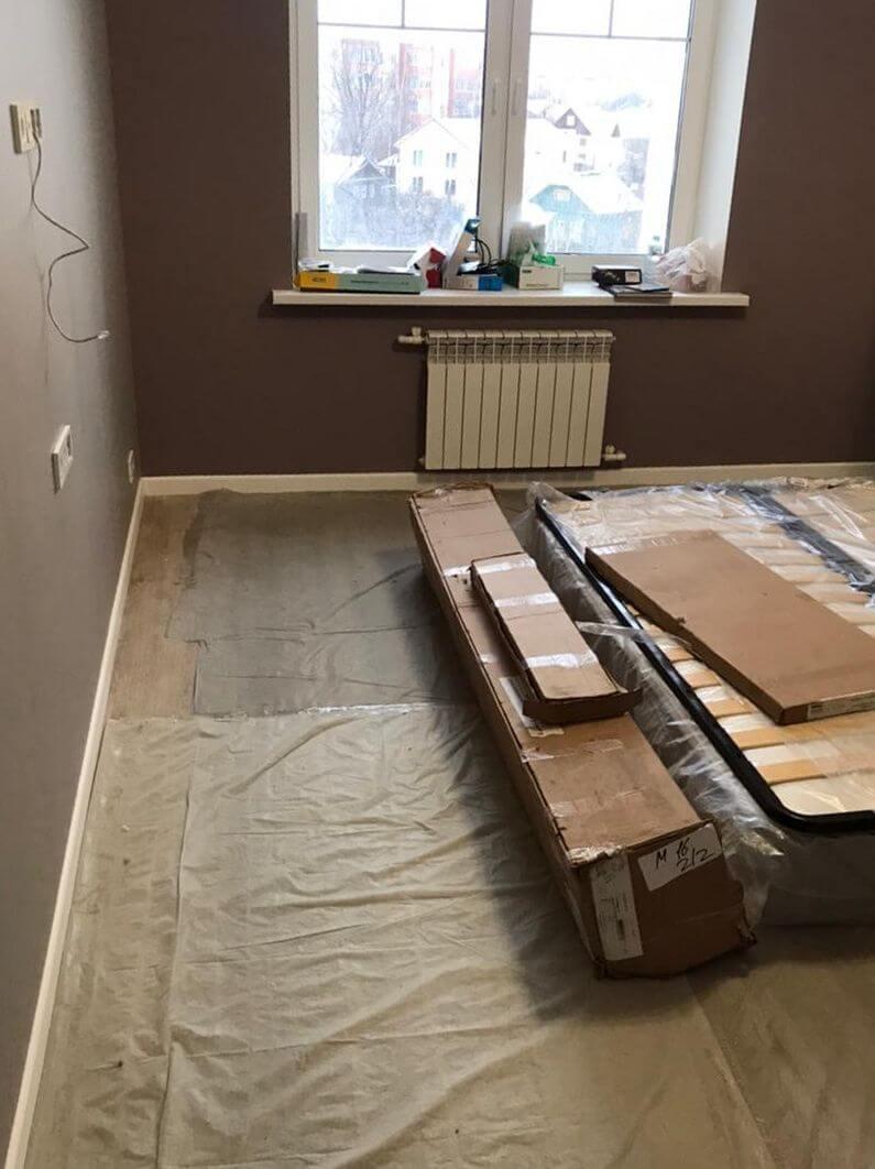 Комната с окном и мебелью после ремонта