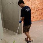 Уборщик моет пол общественного помещения